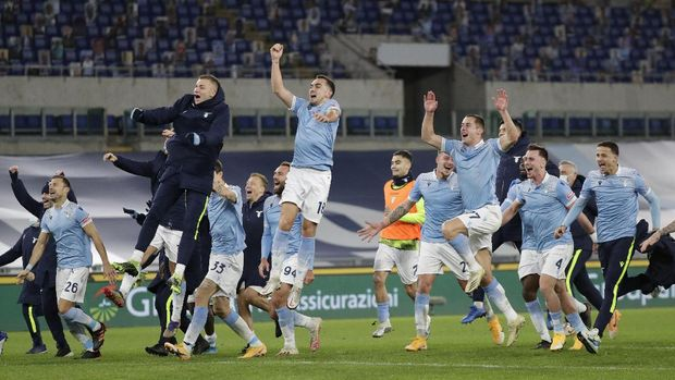 Players of Lazio celebrate after winning the Serie A soccer match between Lazio and Roma, at Rome's Olympic Stadium, Friday, Jan. 15, 2021. (AP Photo/Andrew Medichini)