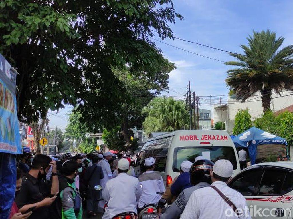 Usai Disalatkan, Jenazah Habib Ali bin Assegaf Diberangkatkan dari Rumah Duka