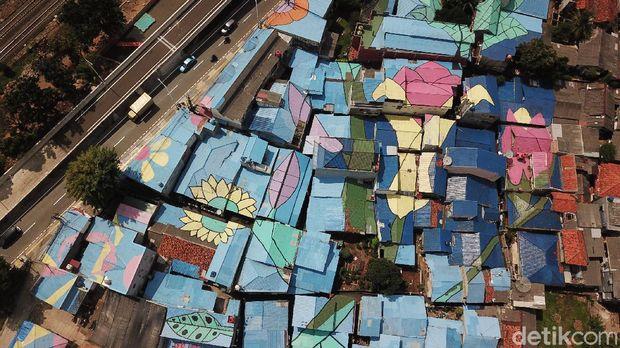 Kawasan Lenteng Agung, Jakarta Selatan, menerapkan konsep warna-warni di atap rumah warga. Penasaran?