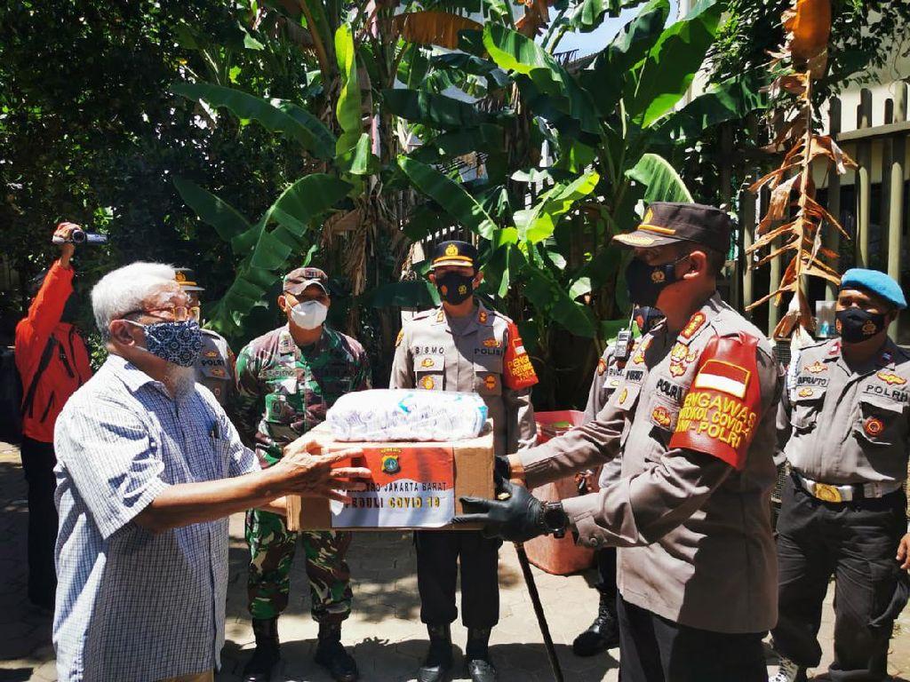 Polres Jakbar Kirim Bantuan untuk 79 Pasien COVID di Yayasan Triasih