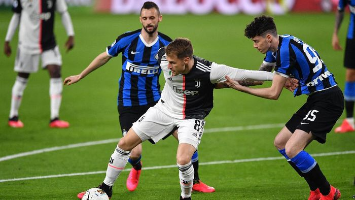 TURIN, ITALY - MARCH 08:  Aaron James Ramsey (L) of Juventus is challenged by Alessandro Bastoni of FC Internazionale during the Serie A match between Juventus and  FC Internazionale at Allianz Stadium on March 8, 2020 in Turin, Italy.  (Photo by Valerio Pennicino/Getty Images )