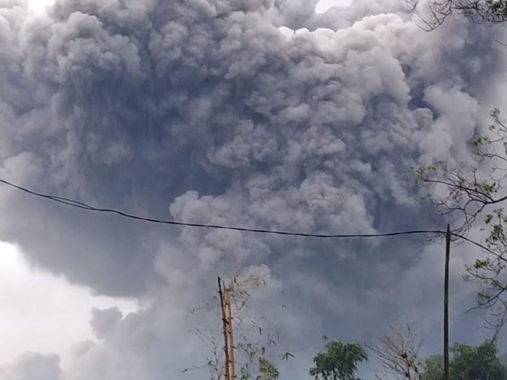 Gunung Semeru Luncurkan Awan Panas Sejauh 4,5 Km, Status Waspada