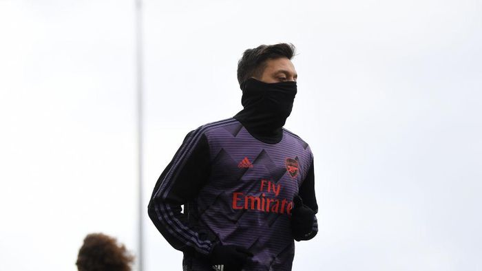 BURNLEY, ENGLAND - FEBRUARY 02: Mesut Ozil of Arsenal warms up prior to the Premier League match between Burnley FC and Arsenal FC at Turf Moor on February 02, 2020 in Burnley, United Kingdom. (Photo by Gareth Copley/Getty Images)