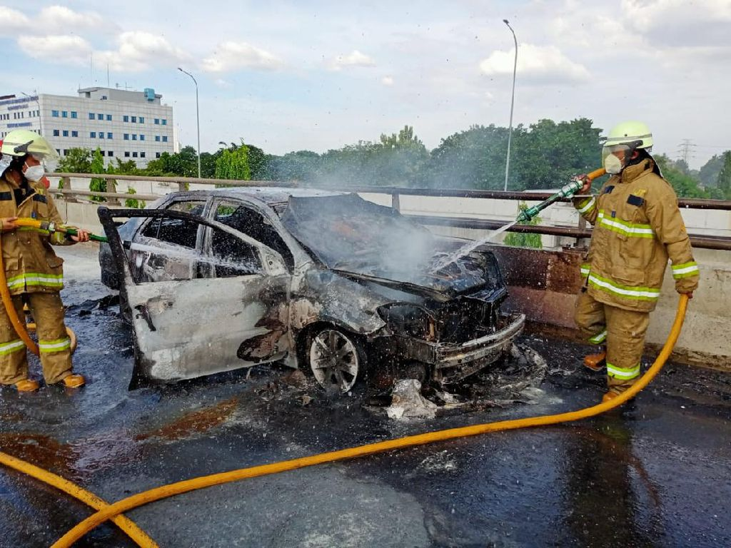 Rem Blong, Mobil Tergelincir Lalu Terbakar di Tol Tanjung Priok