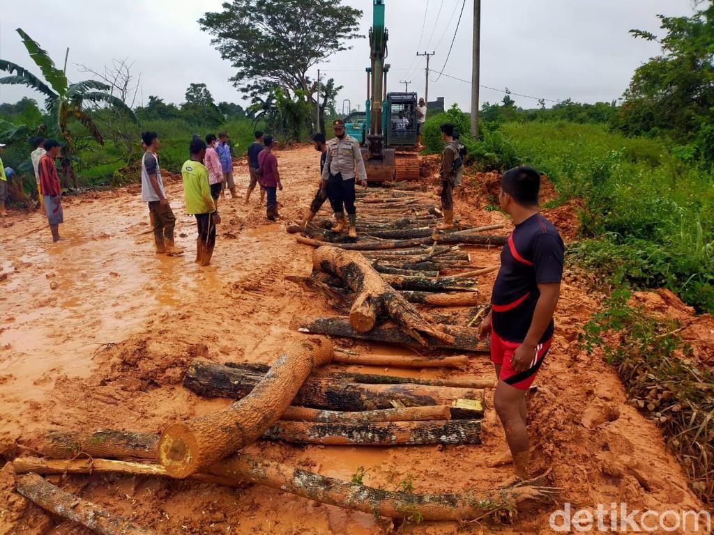 Usai Insiden Jenazah Digotong, Aparat dan Warga Perbaiki Jalan Rusak