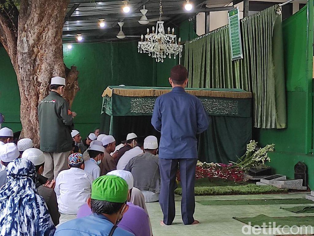Sore Hari, Pelayat Masih Datangi Makam Habib Ali di Rawajati