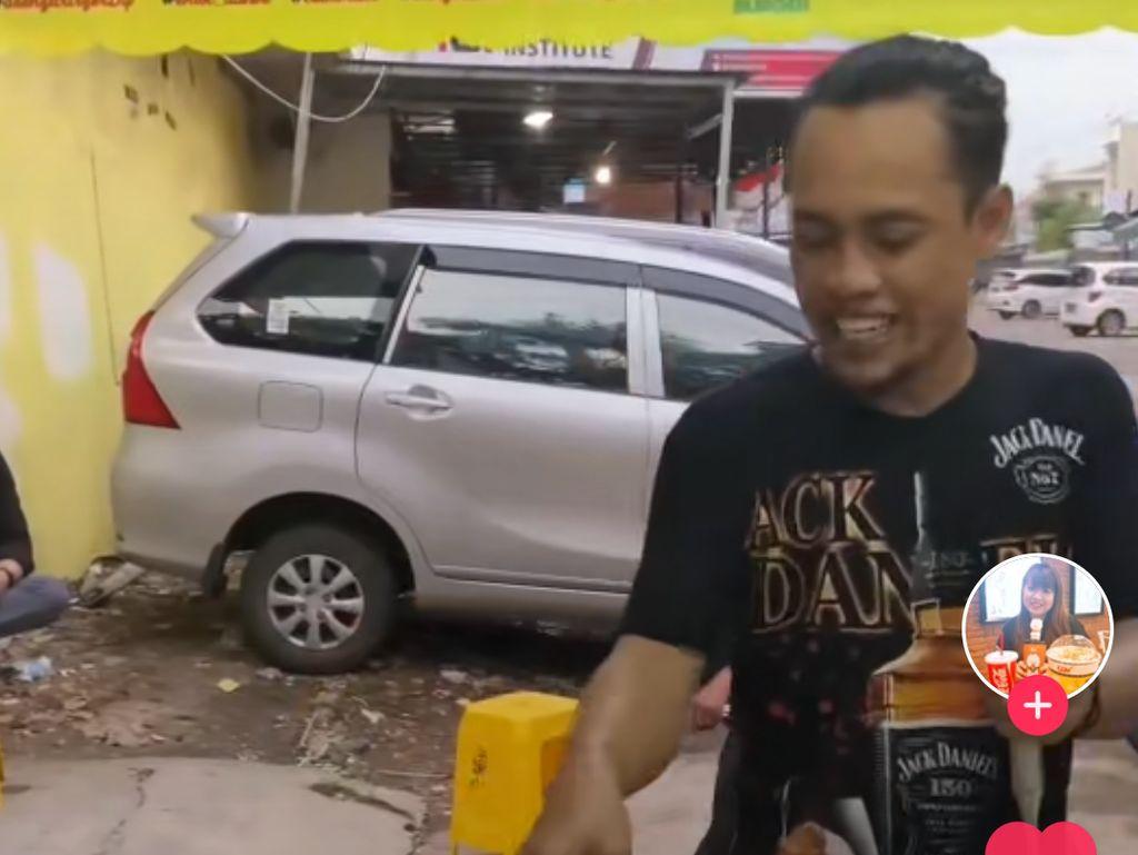 Sambil Atraksi ala Tepanyaki, Penjual Burger Ini Hibur Pembeli