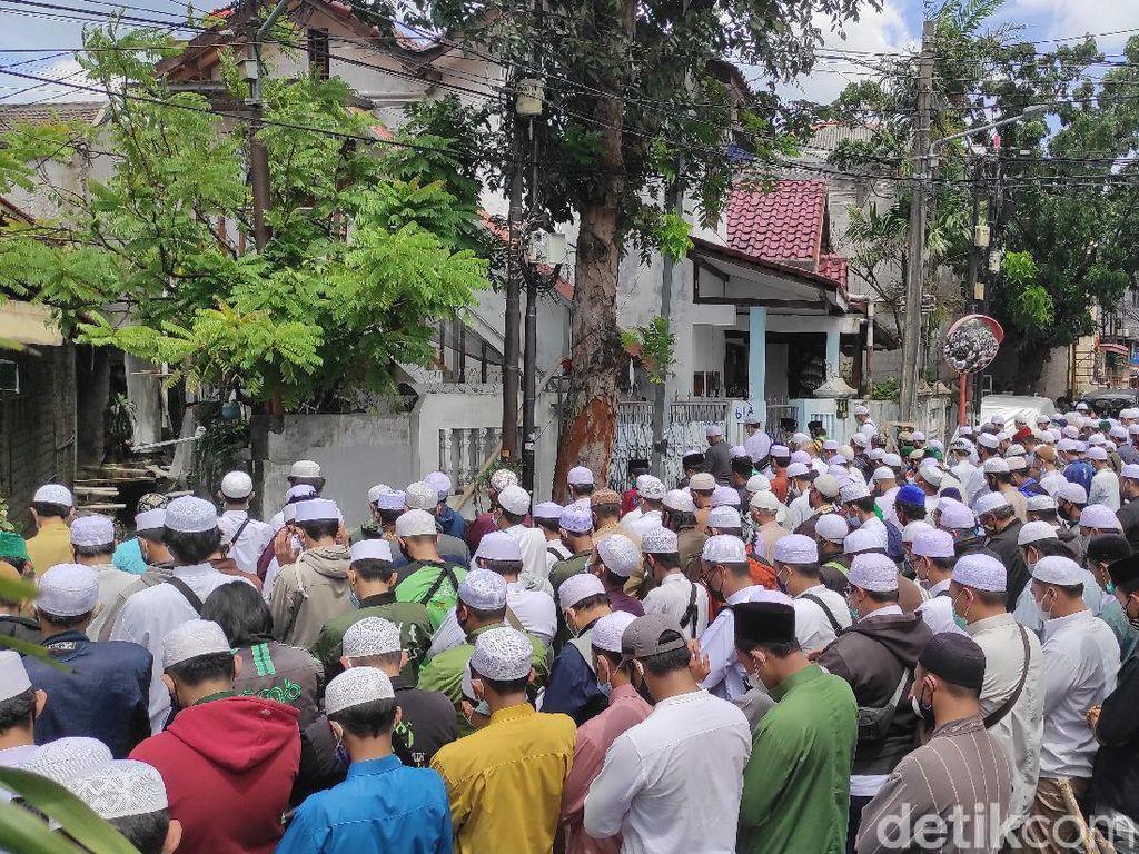 Sambut Jenazah Habib Ali, Para Pelayat Lantunkan Tahlil dan Salat
