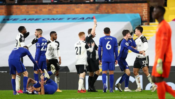 LONDON, ENGLAND - JANUARY 16: Antonee Robinson of Fulham is shown a red card and sent off by referee Peter Bankes after a foul on Cesar Azpilicueta of Chelsea during the Premier League match between Fulham and Chelsea at Craven Cottage on January 16, 2021 in London, England. Sporting stadiums around England remain under strict restrictions due to the Coronavirus Pandemic as Government social distancing laws prohibit fans inside venues resulting in games being played behind closed doors. (Photo by Clive Rose/Getty Images)