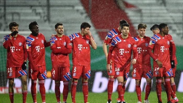 KIEL, GERMANY - JANUARY 13: Thomas Mueller, Alphonso Davies, Lucas Hernandez, Benjamin Pavard of Bayern Munich look on as teammate Marc Roca walks to take his teams sixth penalty during the shoot out during the DFB Cup second round match between Holstein Kiel and Bayern Muenchen at Wunderino Arena on January 13, 2021 in Kiel, Germany. Sporting stadiums around Germany remain under strict restrictions due to the Coronavirus Pandemic as Government social distancing laws prohibit fans inside venues resulting in games being played behind closed doors. (Photo by Stuart Franklin/Getty Images)