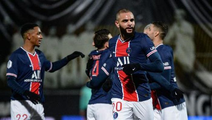 Paris Saint-Germains French defender Layvin Kurzawa (R) celebrates after scoring a goal during the French L1 football match between Angers (SCO) and Paris Saint-Germain (PSG) at the Raymond Kopa Stadium in Angers, western France, on January 16, 2021. (Photo by JEAN-FRANCOIS MONIER / AFP)