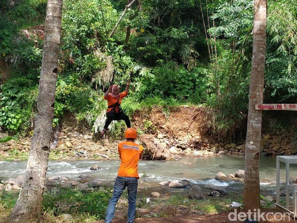 Wahana Flying Fox di Sedekan River Tubing
