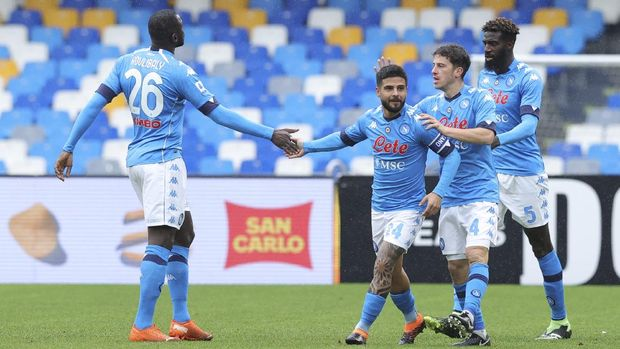 Napoli's Lorenzo Insigne, second from right, celebrates after scoring his side's first goal during the serie A soccer match between Napoli and Fiorentina at the Diego Armando Maradona stadium in Naples, Italy, Sunday, Jan. 17, 2021.  (Alessandro Garofalo/LaPresse via AP)