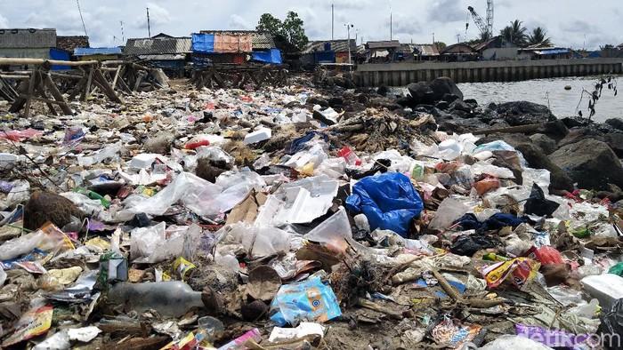 ラブアン・パンデグラン・ビーチのゴミを運ぶには何百台ものトラックが必要