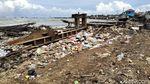 Jorok! Sampah Menumpuk di Sepanjang Pantai Labuan Banten