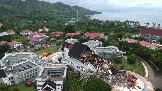 Kondisi kantor Gubernur Sulawesi Barat yang rusak akibat gempa bumi berkekuatan magnitudo 6,2 terlihat dari KRI Teluk Ende-517 di Kabupaten Mamuju, Sulawesi Barat