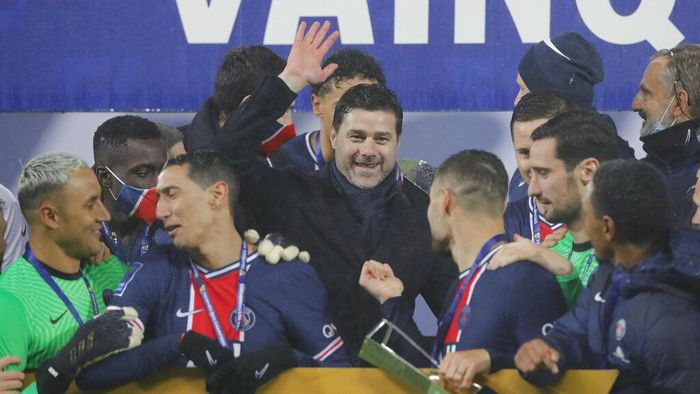 PSGs head coach Mauricio Pochettino, center, and PSG players celebrate with the trophy after the Champions Trophy soccer match between Paris Saint-Germain and Olympique Marseille at the Bollaert stadium in Lens, northern France, Wednesday, Jan.13, 2021. PSG won 2:1. (AP Photo/Christophe Ena)