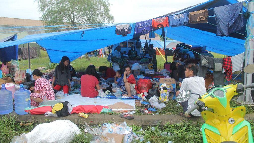 Melihat Aktivitas Korban Gempa Mamuju di Pengungsian