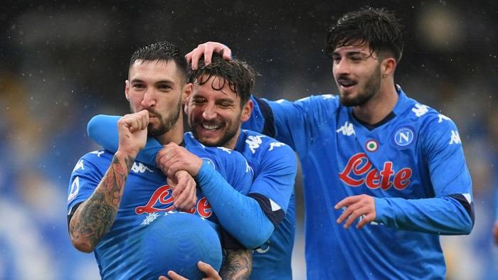 NAPLES, ITALY - JANUARY 17: Matteo Politano of S.S.C. Napoli celebrates with teammates Dries Mertens and Antonio Cioffi after scoring their teams sixth goal during the Serie A match between SSC Napoli and ACF Fiorentina at Stadio Diego Armando Maradona on January 17, 2021 in Naples, Italy. Sporting stadiums around Italy remain under strict restrictions due to the Coronavirus Pandemic as Government social distancing laws prohibit fans inside venues resulting in games being played behind closed doors. (Photo by Francesco Pecoraro/Getty Images)
