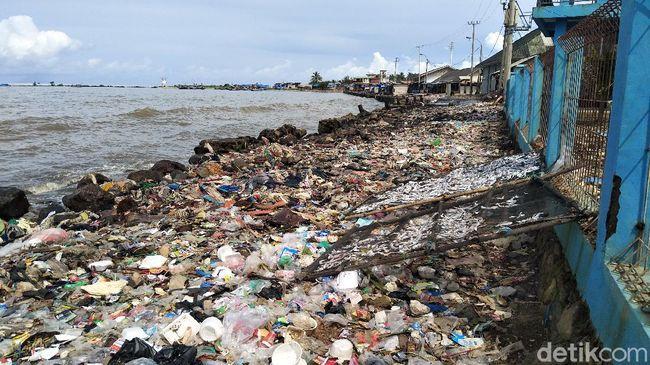 Sampah Dibiarkan Menumpuk di Pantai Labuan Pandeglang