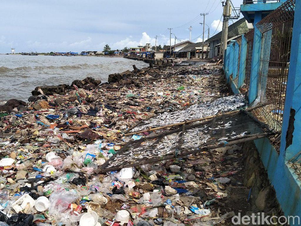 Sampah di Pantai Labuan, Pemkab Pandeglang: Kesadaran Warga Rendah
