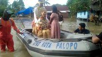 Sungai di Sulsel Meluap, Sepasang Pengantin Dievakuasi Pakai Perahu Karet