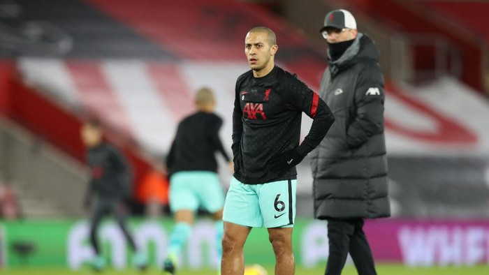SOUTHAMPTON, ENGLAND - JANUARY 04: Thiago Alcantara of Liverpool warms up as Jurgen Klopp, Manager of Liverpool looks on prior to the Premier League match between Southampton and Liverpool at St Marys Stadium on January 04, 2021 in Southampton, England. The match will be played without fans, behind closed doors as a Covid-19 precaution. (Photo by Naomi Baker/Getty Images)