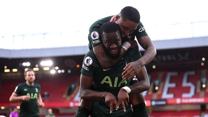 SHEFFIELD, ENGLAND - JANUARY 17: Tanguy Ndombele of Tottenham Hotspur celebrates after scoring their sides third goal with team mate Steven Bergwijn during the Premier League match between Sheffield United and Tottenham Hotspur at Bramall Lane on January 17, 2021 in Sheffield, England. Sporting stadiums around England remain under strict restrictions due to the Coronavirus Pandemic as Government social distancing laws prohibit fans inside venues resulting in games being played behind closed doors. (Photo by Laurence Griffiths/Getty Images)