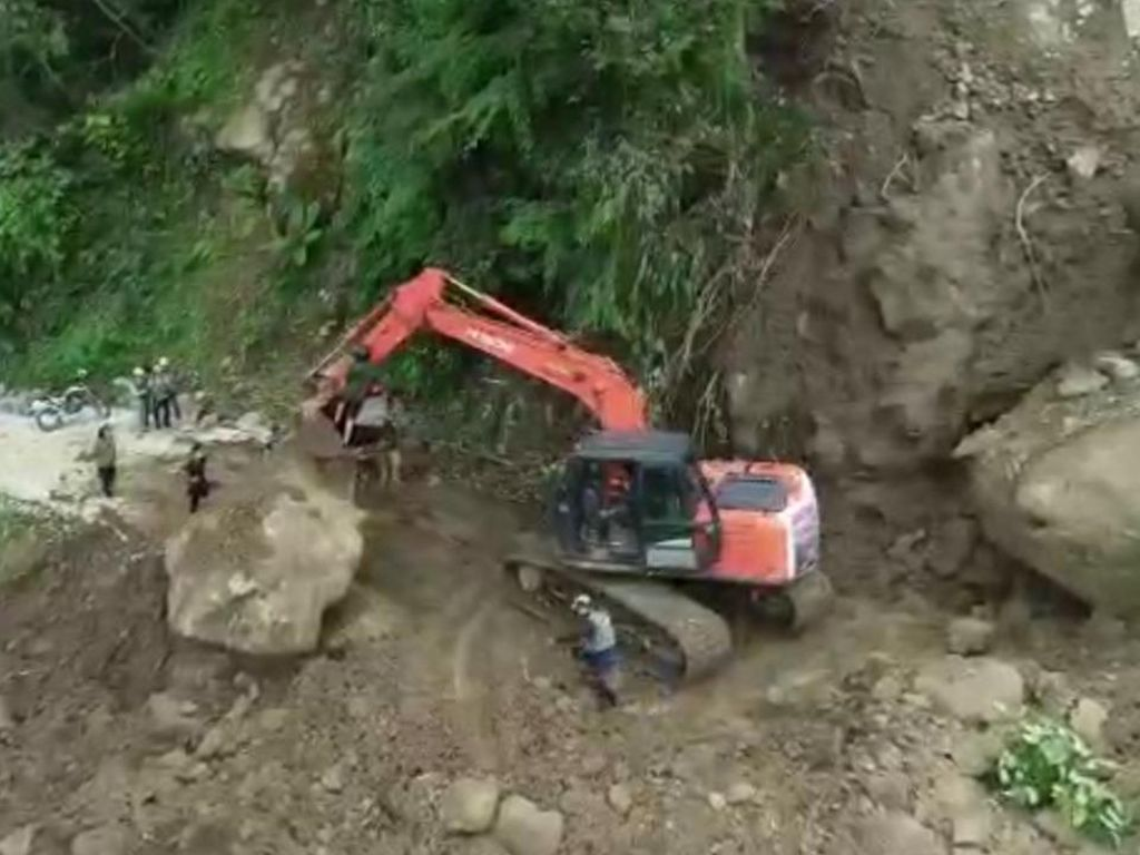 Salurkan Donasi Korban Gempa Sulbar, CT ARSA Tembus Jalur Longsor