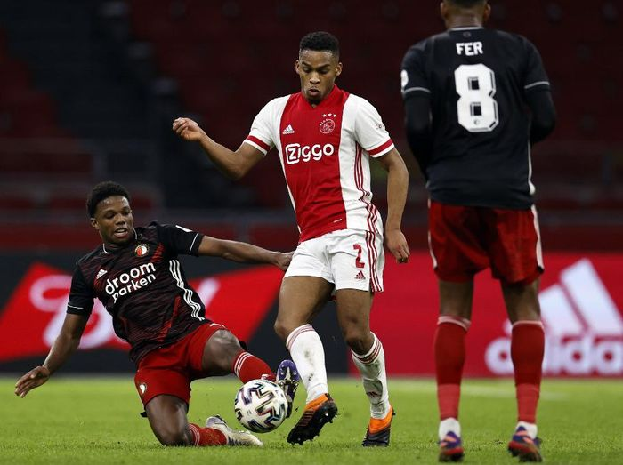 Feyenoords Dutch defender Tyrell Malacia (L) vies with Ajax Dutch defender Jurrien Timber during the Dutch Eredivisie football match between Ajax Amsterdam and Feyenoord Rotterdam at the Johan Cruijff Arena in Amsterdam on January 17, 2021. (Photo by MAURICE VAN STEEN / ANP / AFP) / Netherlands OUT
