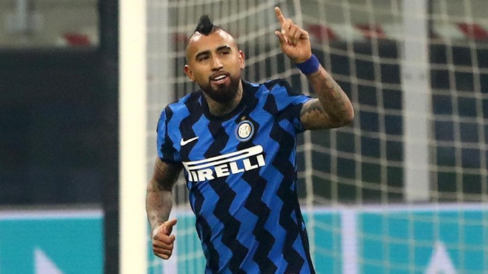 MILAN, ITALY - JANUARY 17: Arturo Vidal of Internazionale celebrates after scoring their sides first goal during the Serie A match between FC Internazionale and Juventus at Stadio Giuseppe Meazza on January 17, 2021 in Milan, Italy. Sporting stadiums around Italy remain under strict restrictions due to the Coronavirus Pandemic as Government social distancing laws prohibit fans inside venues resulting in games being played behind closed doors. (Photo by Marco Luzzani/Getty Images)
