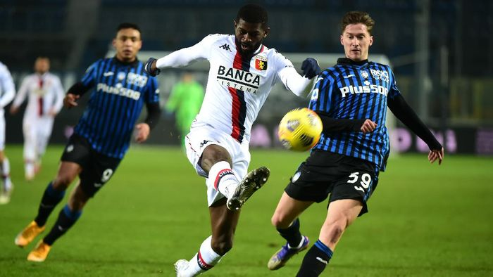 BERGAMO, ITALY - JANUARY 17:  Jerome Onguene of Genoa clears the ball under pressure from Aleksej Miranchuk of Atalanta B.C during the Serie A match between Atalanta BC and Genoa CFC at Gewiss Stadium on January 17, 2021 in Bergamo, Italy. Sporting stadiums around Italy remain under strict restrictions due to the Coronavirus Pandemic as Government social distancing laws prohibit fans inside venues resulting in games being played behind closed doors. (Photo by Pier Marco Tacca/Getty Images)