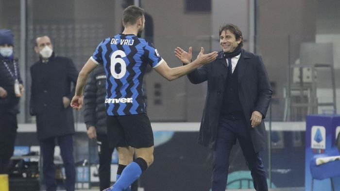 Inter Milans head coach Antonio Conte, right, greets Inter Milans Stefan de Vrij at the end of a Serie A soccer match between Inter Milan and Juventus at the San Siro stadium in Milan, Italy, Sunday, Jan. 17, 2021. (AP Photo/Luca Bruno)