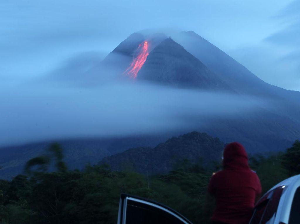 Gunung Merapi Muntahkan Awan Panas, Update Status Gunung Api di Indonesia