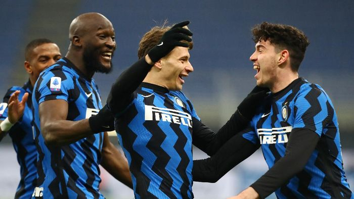 MILAN, ITALY - JANUARY 17: Nicol Barella of Internazionale celebrates with Romelu Lukaku and team mates after scoring their sides second goal during the Serie A match between FC Internazionale and Juventus at Stadio Giuseppe Meazza on January 17, 2021 in Milan, Italy. Sporting stadiums around Italy remain under strict restrictions due to the Coronavirus Pandemic as Government social distancing laws prohibit fans inside venues resulting in games being played behind closed doors. (Photo by Marco Luzzani/Getty Images)