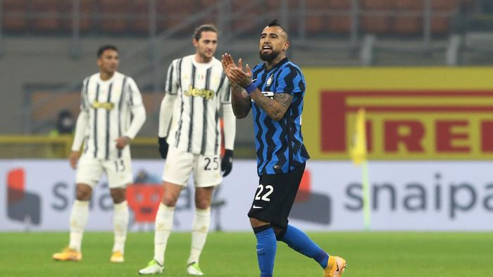 MILAN, ITALY - JANUARY 17: Arturo Vidal of Inter Milan celebrates after scoring their sides first goal  during the Serie A match between FC Internazionale and Juventus at Stadio Giuseppe Meazza on January 17, 2021 in Milan, Italy. Sporting stadiums around Italy remain under strict restrictions due to the Coronavirus Pandemic as Government social distancing laws prohibit fans inside venues resulting in games being played behind closed doors. (Photo by Marco Luzzani/Getty Images)