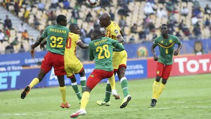 Cameroons Alfred Meyong (C) vies for the ball with Zimbabwes Ronald Chitiyo (2nd L) during the opening match of the African Nations Championships (CHAN) football match between Cameroon and Zimbabwe at Stade Ahmadou Ahidjo in Yaounde, Cameroon, on January 16, 2021. (Photo by - / AFP)