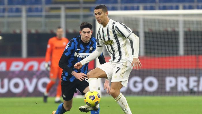 MILAN, ITALY - JANUARY 17: Cristiano Ronaldo of Juventus looks to break past Alessandro Bastoni of Inter Milan  during the Serie A match between FC Internazionale and Juventus at Stadio Giuseppe Meazza on January 17, 2021 in Milan, Italy. Sporting stadiums around Italy remain under strict restrictions due to the Coronavirus Pandemic as Government social distancing laws prohibit fans inside venues resulting in games being played behind closed doors. (Photo by Marco Luzzani/Getty Images)