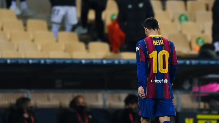 SEVILLE, SPAIN - JANUARY 17: Lionel Messi of Barcelona walks off the field after being shown a red card during the Supercopa de Espana Final match between FC Barcelona and Athletic Club at Estadio de La Cartuja on January 17, 2021 in Seville, Spain. Sporting stadiums around Spain remain under strict restrictions due to the Coronavirus Pandemic as Government social distancing laws prohibit fans inside venues resulting in games being played behind closed doors.  (Photo by David Ramos/Getty Images)