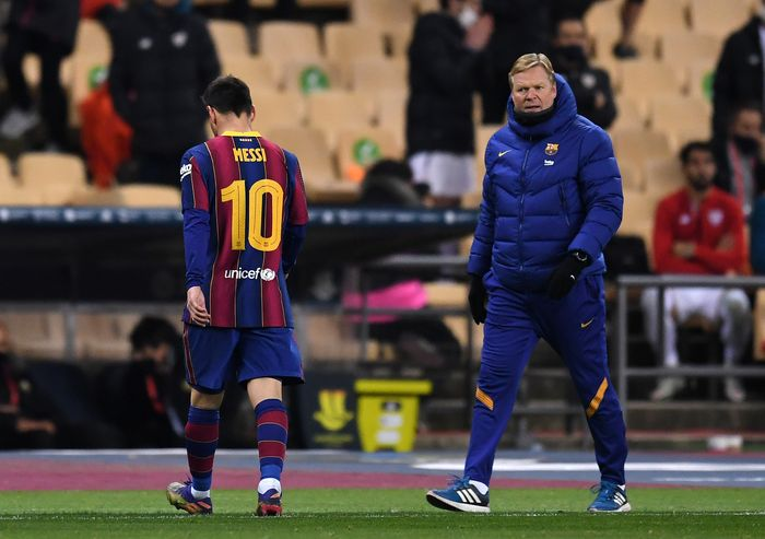 SEVILLE, SPAIN - JANUARY 17: Ronald Koeman, Manager of Barcelona reacts as Lionel Messi of Barcelona walks off the field after being shown a red card during the Supercopa de Espana Final match between FC Barcelona and Athletic Club at Estadio de La Cartuja on January 17, 2021 in Seville, Spain. Sporting stadiums around Spain remain under strict restrictions due to the Coronavirus Pandemic as Government social distancing laws prohibit fans inside venues resulting in games being played behind closed doors. (Photo by David Ramos/Getty Images)