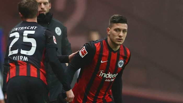 Frankfurts Serbian forward Luka Jovic exchanges Frankfurts German defender Erik Durm during the German first division Bundesliga football match between Eintracht Frankfurt and Schalke 04 in Frankfurt am Main, on January 17, 2021. (Photo by KAI PFAFFENBACH / POOL / AFP) / DFL REGULATIONS PROHIBIT ANY USE OF PHOTOGRAPHS AS IMAGE SEQUENCES AND/OR QUASI-VIDEO