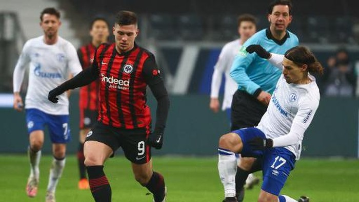 Frankfurts Serbian forward Luka Jovic (L) and Schalkes French midfielder Benjamin Stambouli vie for the ball during the German first division Bundesliga football match between Eintracht Frankfurt and Schalke 04 in Frankfurt am Main, on January 17, 2021. (Photo by KAI PFAFFENBACH / POOL / AFP) / DFL REGULATIONS PROHIBIT ANY USE OF PHOTOGRAPHS AS IMAGE SEQUENCES AND/OR QUASI-VIDEO