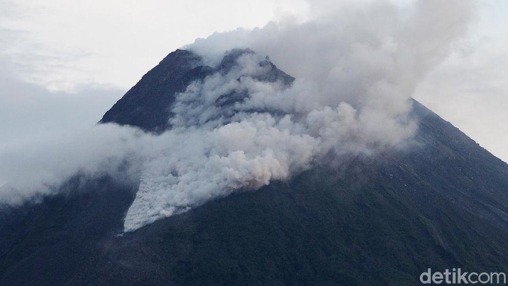Penampakan Awan Panas yang Dimuntahkan Gunung Merapi