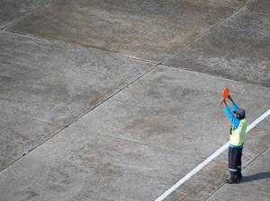 Mau Jadi Juru Parkir Pesawat? Ini Cara dan Biayanya