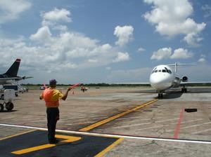 Gaji Marshaller Alias Tukang Parkir Pesawat di Indonesia Berapa, Ya?