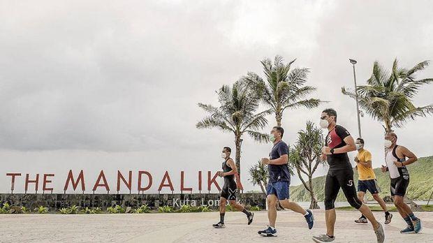Menparekraf Sandiaga Uno menjajal triathlon trial di Mandalika, Lombok, Nusa Tenggara Barat, pada Sabtu (16/1). (Dok. ITDC Mandalika)