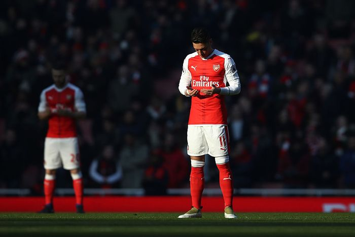LONDON, ENGLAND - JANUARY 22: Mesut Ozil of Arsenal prays prior to the kick-off during the Premier League match between Arsenal and Burnley at the Emirates Stadium on January 22, 2017 in London, England.  (Photo by Julian Finney/Getty Images)