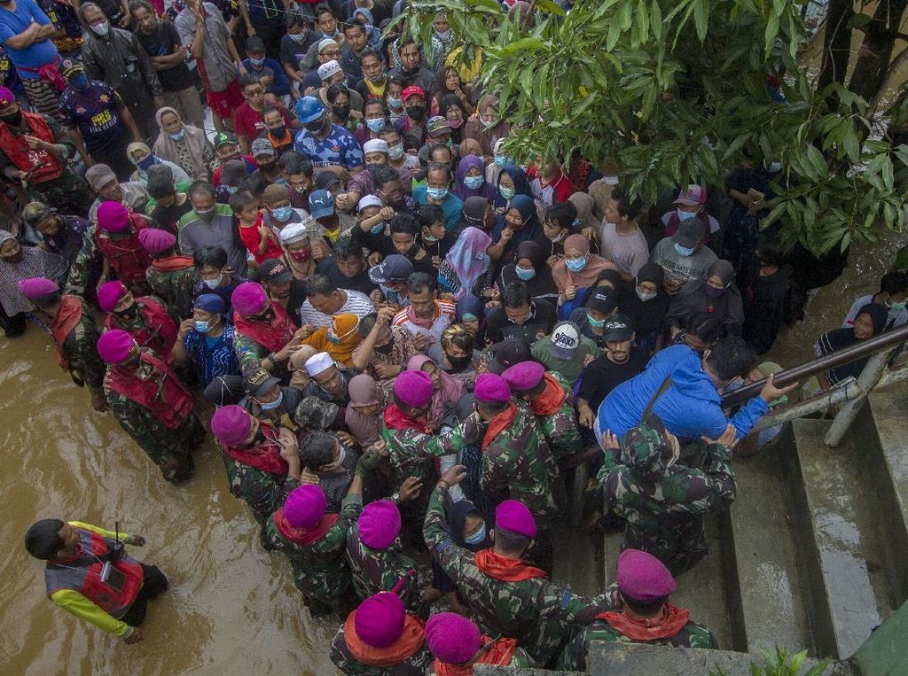 Korban Banjir Kalsel Antre Dapat Paket Bantuan dari Jokowi