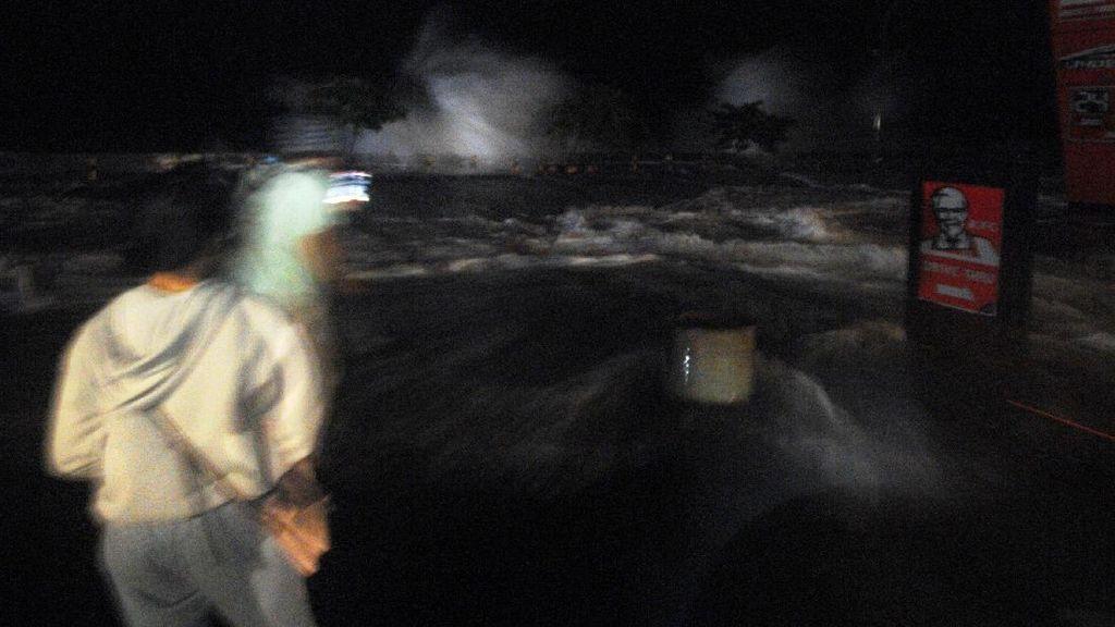 Penampakan Gelombang Tinggi Terjang Pesisir Manado