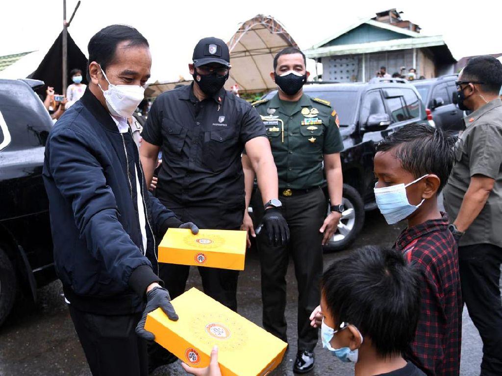 Jokowi Bagi-bagi Masker hingga Donat ke Korban Banjir Kalsel